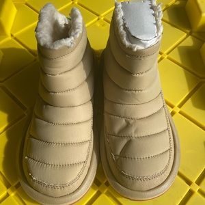 Sanuk NWT size 7 Puff and Chill slippers